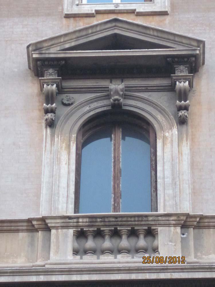 Фасад арочного окна с фальш балконом, балясинами