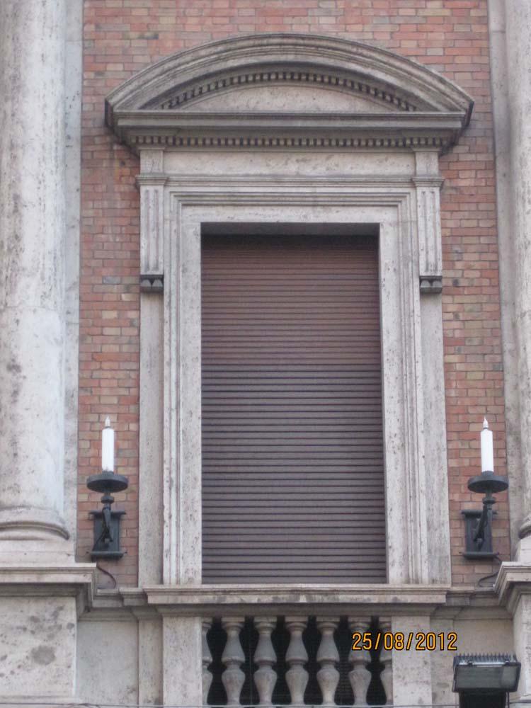 Фасад окна с фальш балконом и двускатным арочным перекрытием