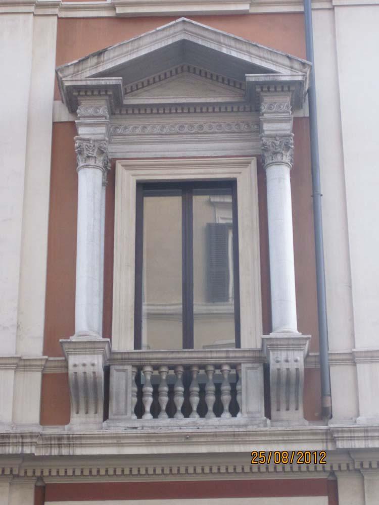 Применение колонн в отделке фасада окна