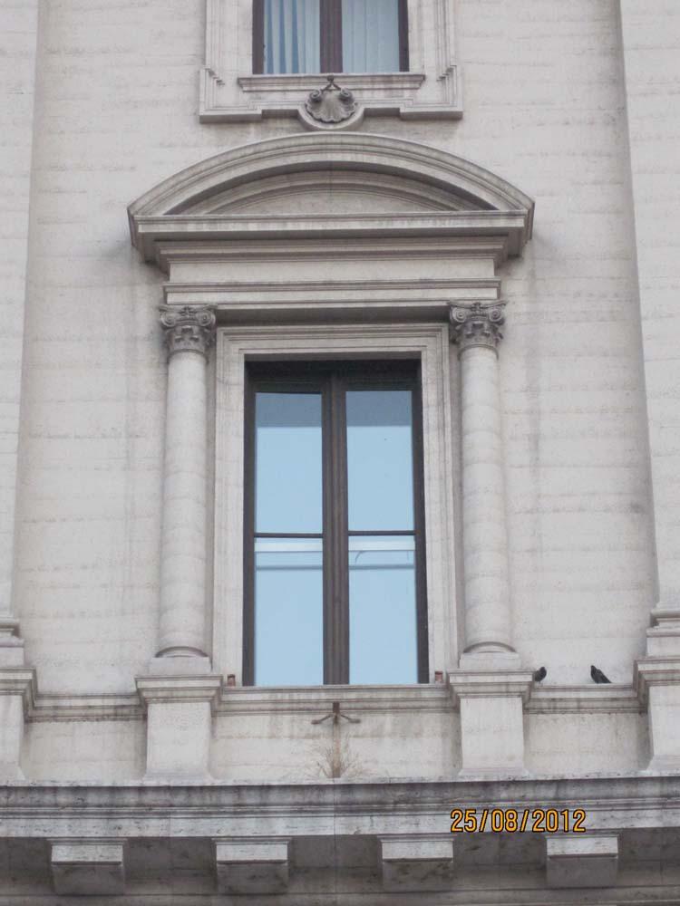 Отделка большого окна колонами коринфского ордера