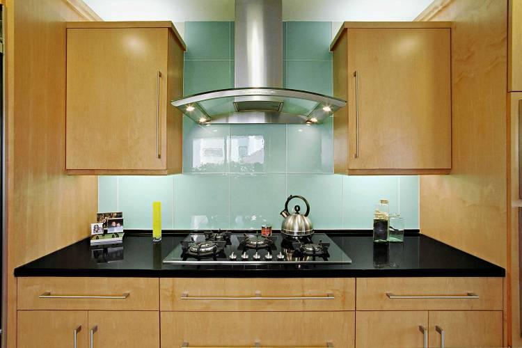 Фартук для кухни из бирюзовой плитки на фоне деревянных кухонных фасадов: кухонные фартуки, фото. пример, описание