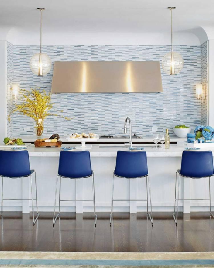 Кухонный фартук из голубой плитки на белой кухне | Маленькая кухня студия в стиле минимализм – хай тек, дизайн кухни в минималистическом стиле – фото примеры, описание