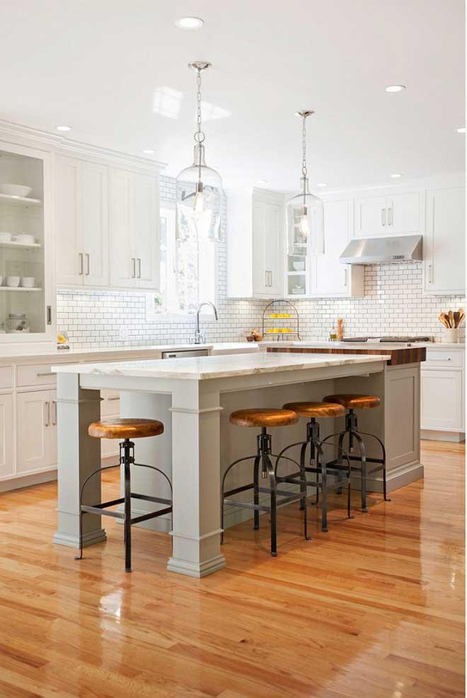 Светлый глянцевый пол на бежевой кухне с островом | В стиле прованс, кантри, маленькая, дизайн, своими руками, обои: фото, примеры, описание