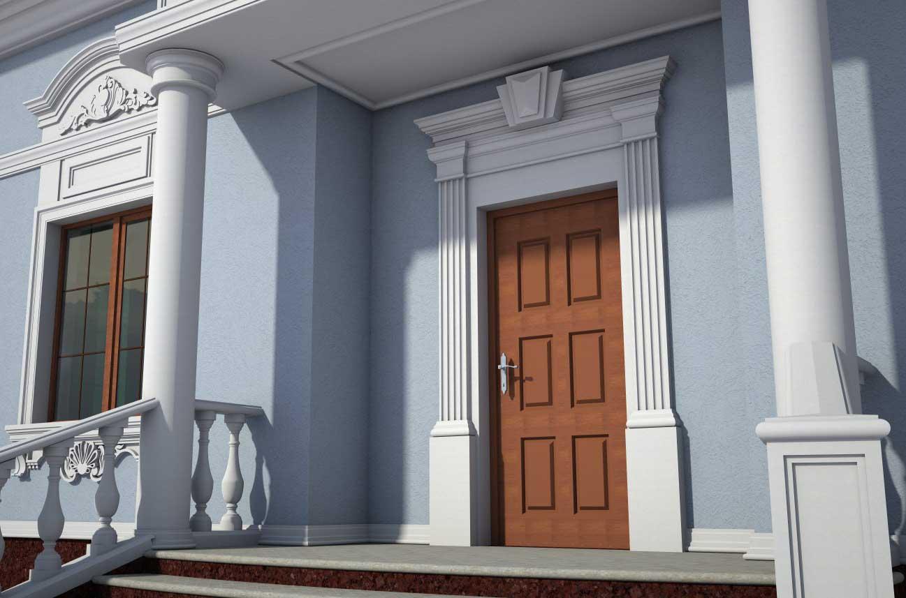 Входная группа частного дома с отделкой пилястрами и карнизом входной двери