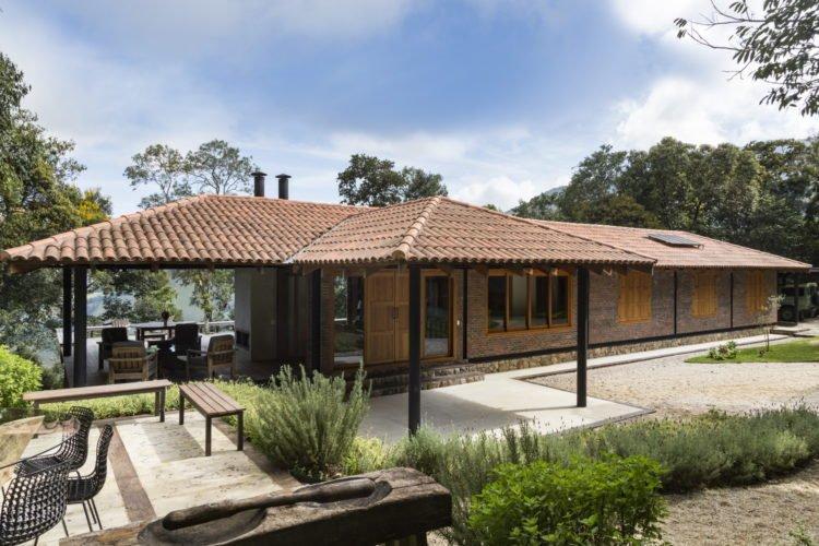 casa de tijolos de um andar com garagem