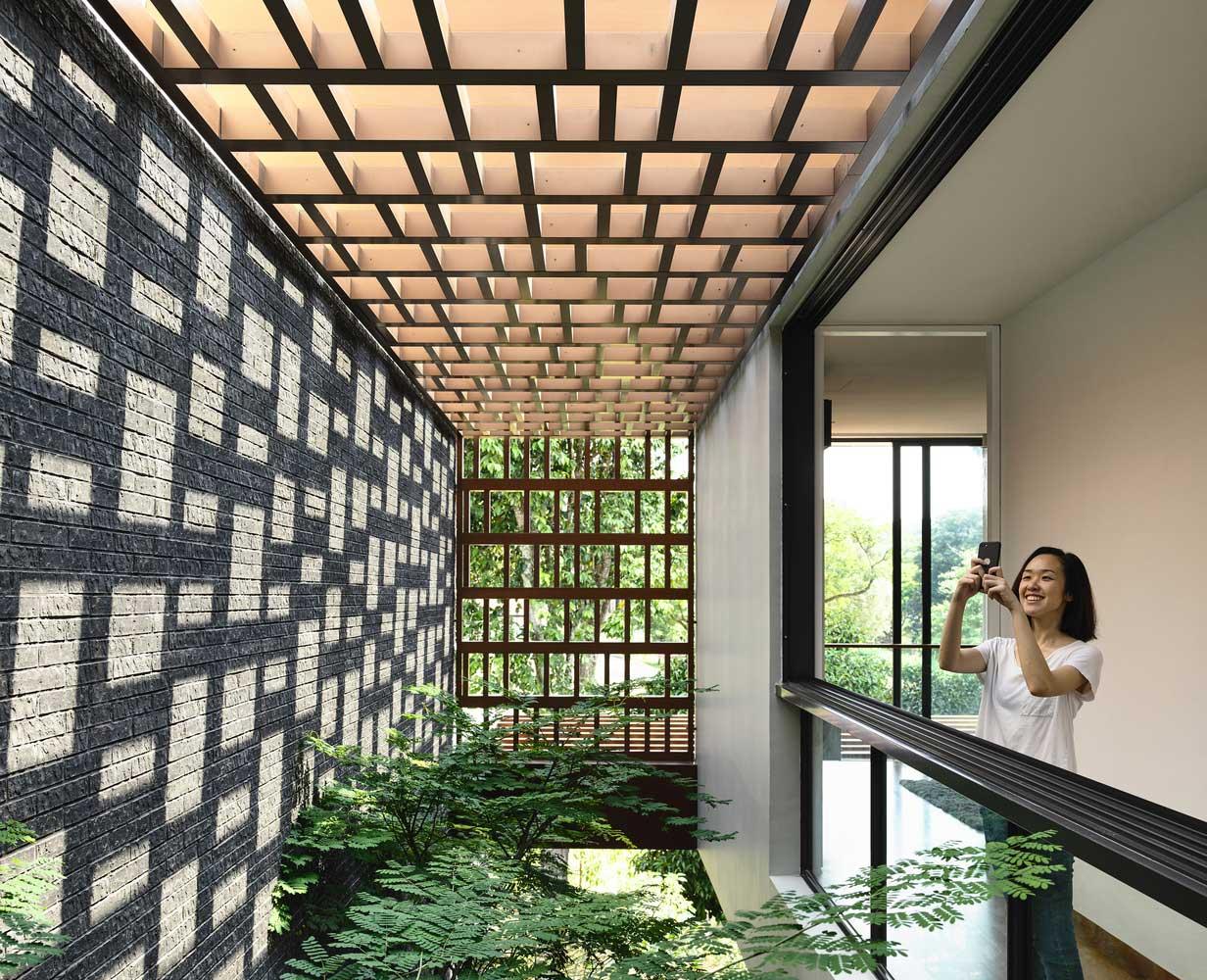 Cour de conception moderne d'une maison privée