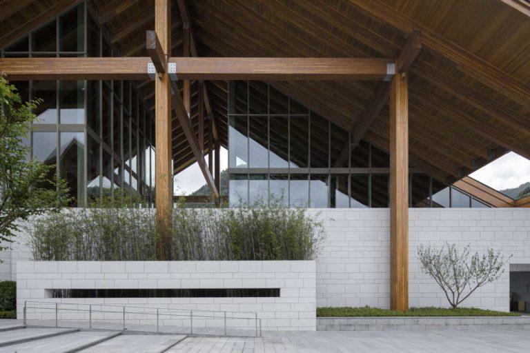 наклонная крыша на трех вертикальных опорах