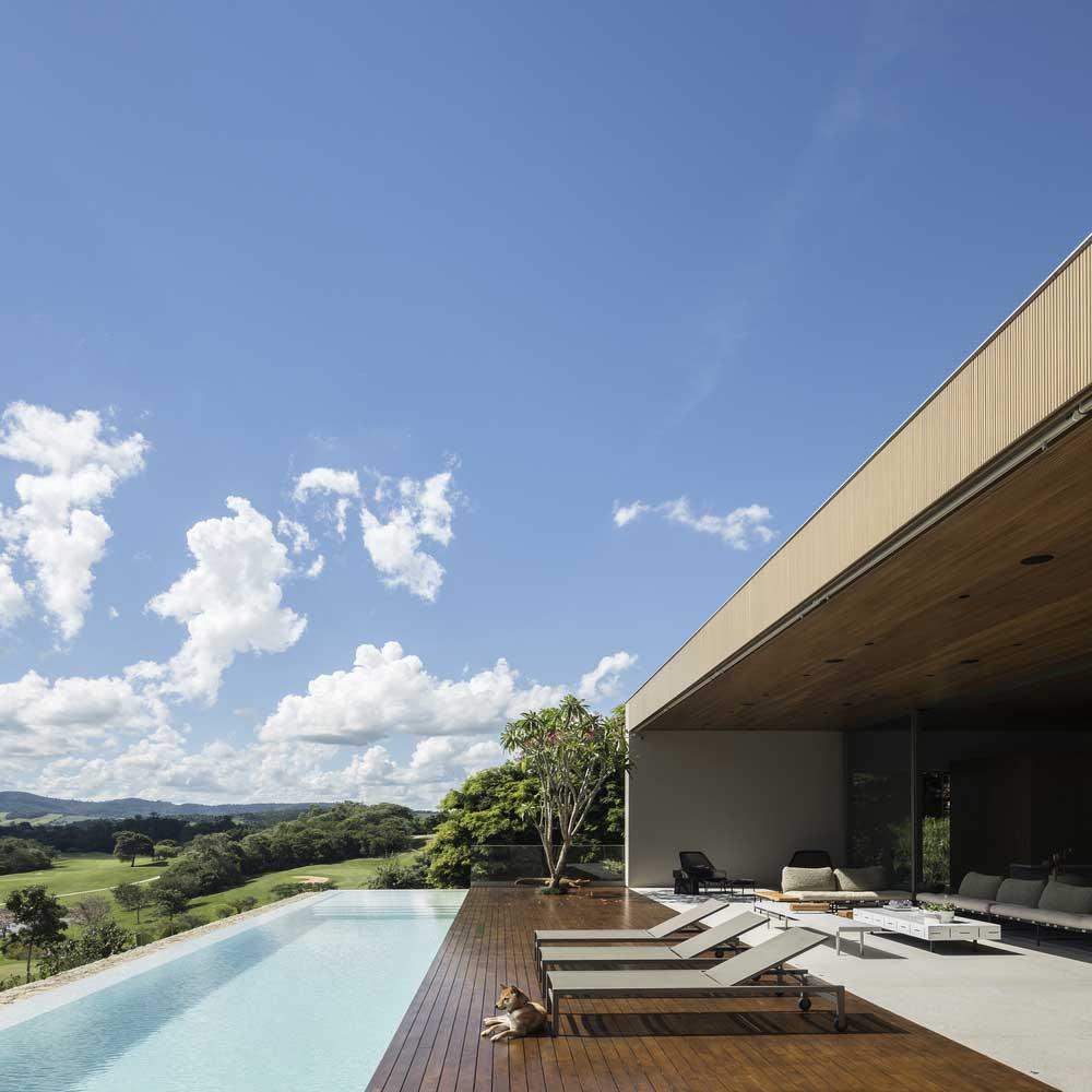 Дом с бассейном и газоном на крыше – Можно ли создать зеленый оазис в своем доме?