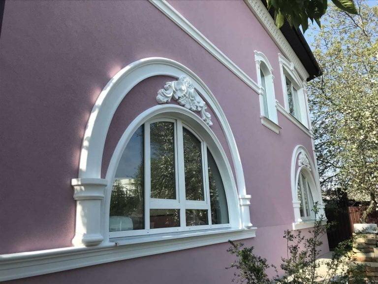 Conception de la façade d'une maison privée à deux étages