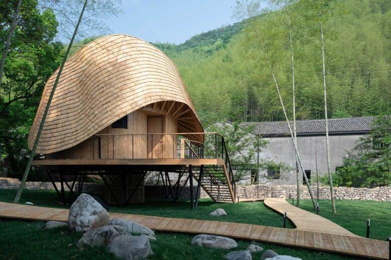 gebogenes Dach in einem einzigartigen Projekt eines Holzhauses