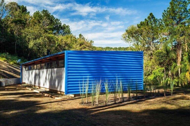 Строгий современный дизайн внешней стены из металла