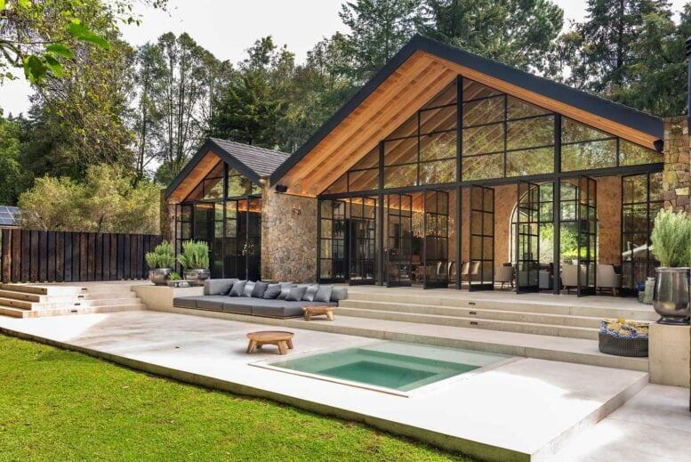 courtyard of a modern ranch in a barn style: photos, images