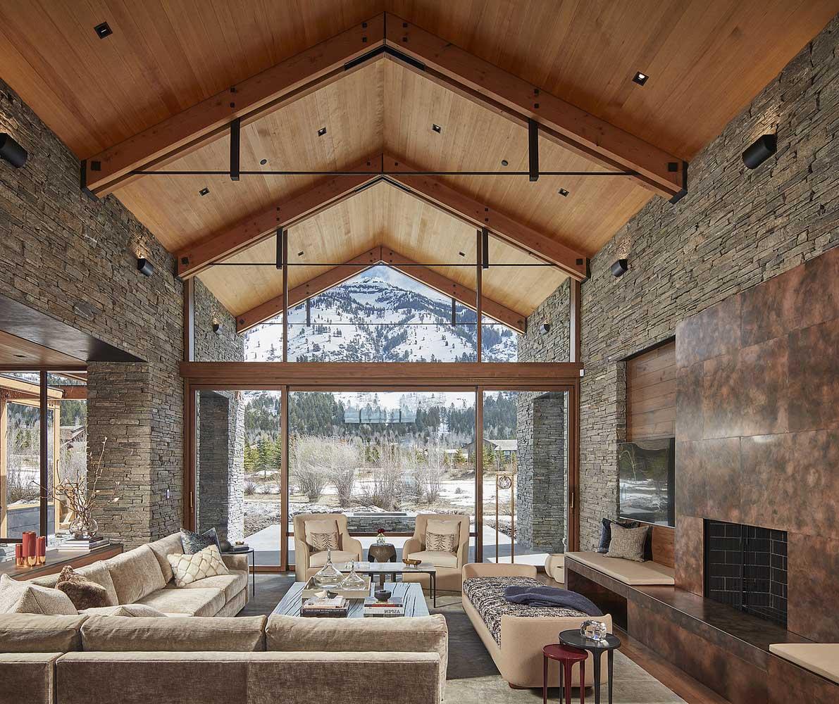 L'idée d'un salon avec de hauts plafonds dans un style grange